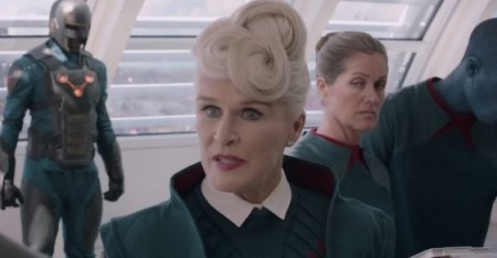 -1 for Glenn Close's hair. It frightened me.